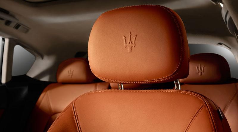 Maserati Levante S interior marca en asiento Luxabun